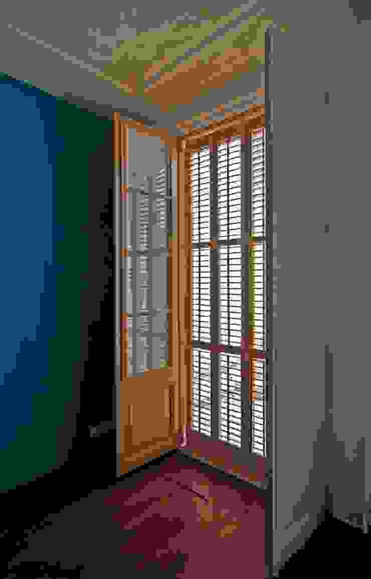 Porticones tipo menorquinas Restaurados Puertas y ventanas de estilo mediterráneo de Atres Arquitectes Mediterráneo Madera Acabado en madera