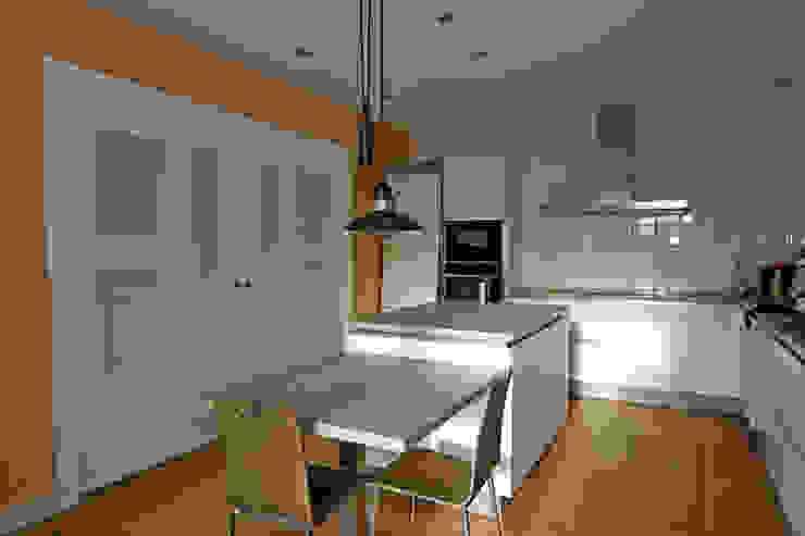 Atres Arquitectes 現代廚房設計點子、靈感&圖片 木頭 White
