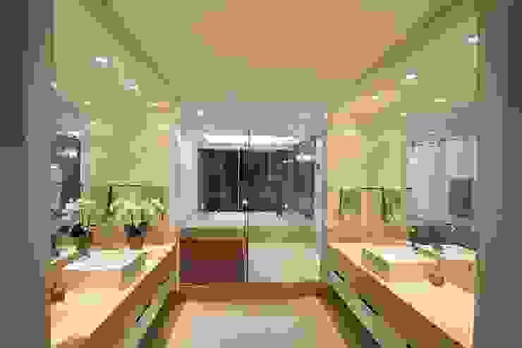 CASA DO FOTOGRAFO BRAVIM ◘ RICCI ARQUITETURA Banheiros modernos