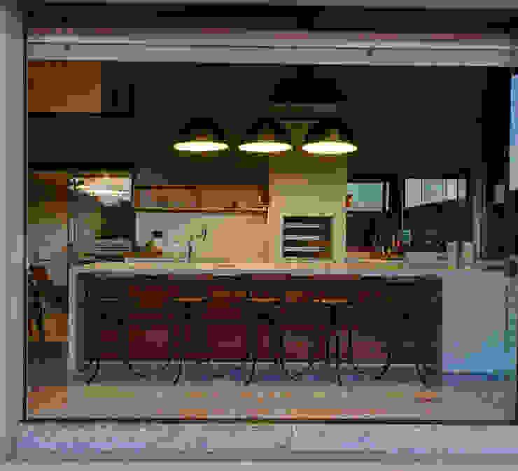 Balcone, Veranda & Terrazza in stile moderno di BRAVIM ◘ RICCI ARQUITETURA Moderno