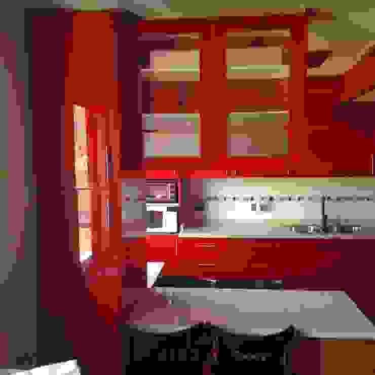 Cocina roja brillante de N.Muebles Diseños Limitada Moderno Aglomerado