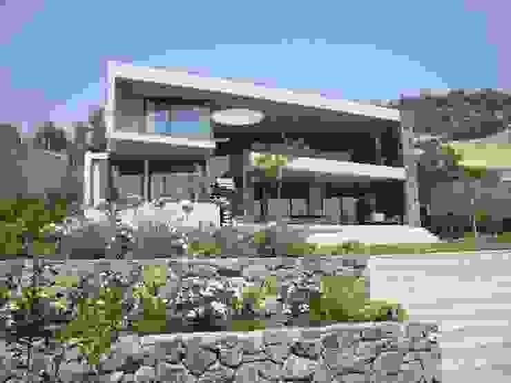 FACHADA Casas modernas: Ideas, diseños y decoración de Hernan Arriagada / Arq Moderno