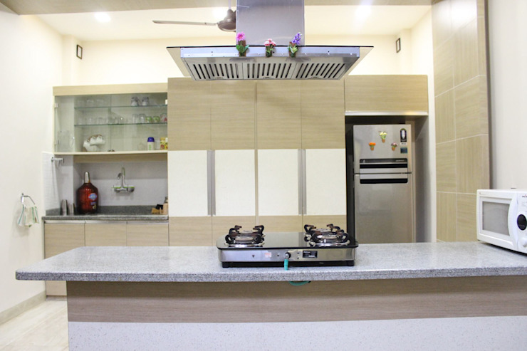 Duplex in Indore:  Kitchen by Shadab Anwari & Associates.