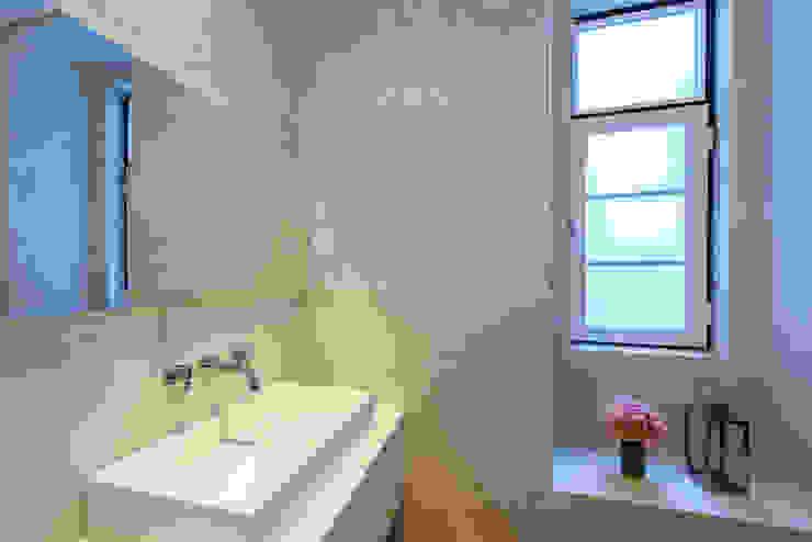 Banheiros ecléticos por Espaço Mínimo Eclético