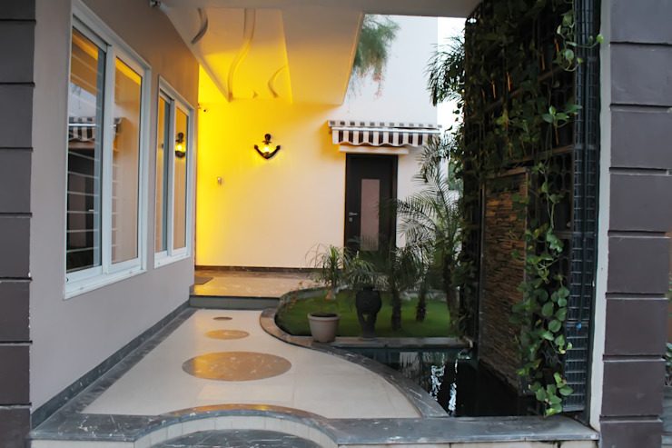Duplex at Indore:  Garden by Shadab Anwari & Associates.