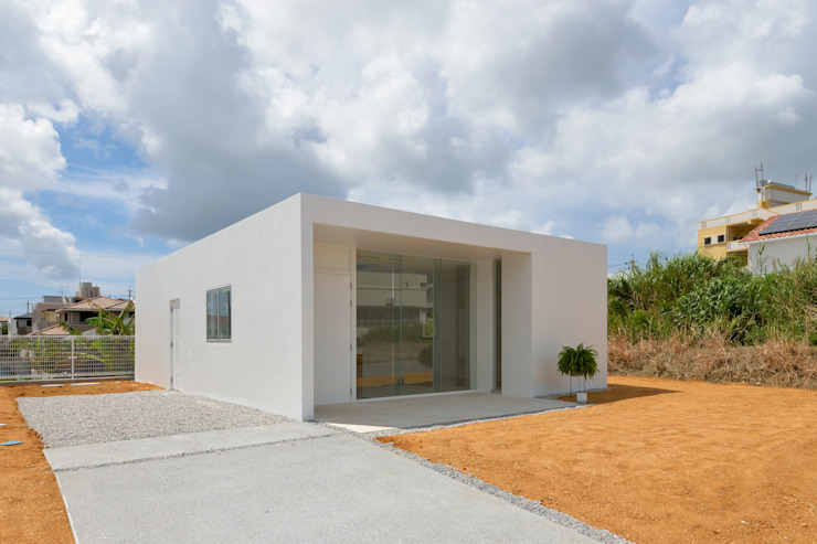 門一級建築士事務所 Modern houses Reinforced concrete White