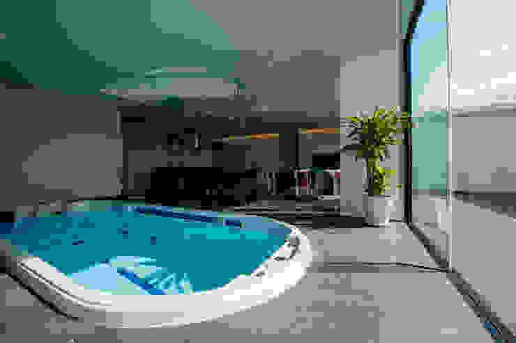 KKZ-house: 門一級建築士事務所が手掛けたプールです。,モダン タイル