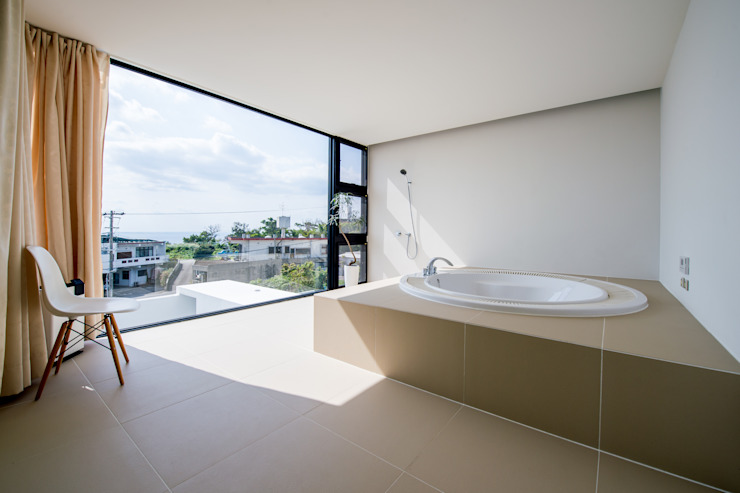 KKZ-house: 門一級建築士事務所が手掛けた浴室です。,モダン タイル