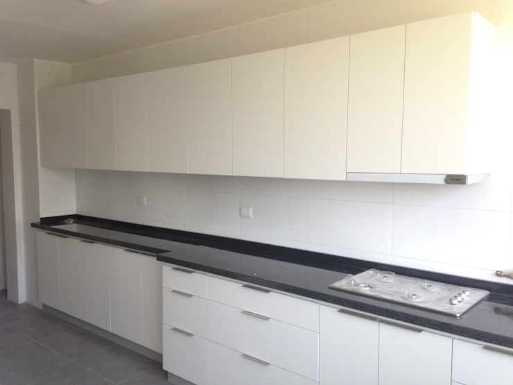 Cocina color blanco de N.Muebles Diseños Limitada Moderno Aglomerado