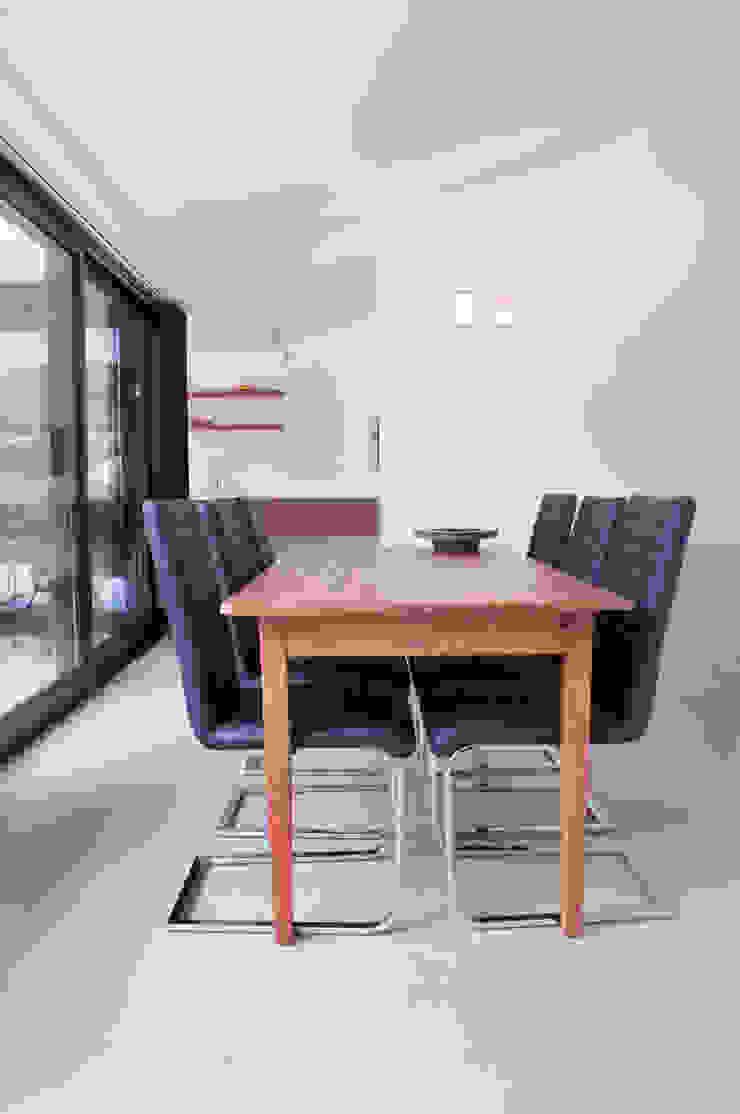 eethoek met doorkijk Minimalistische eetkamers van IJzersterk interieurontwerp Minimalistisch