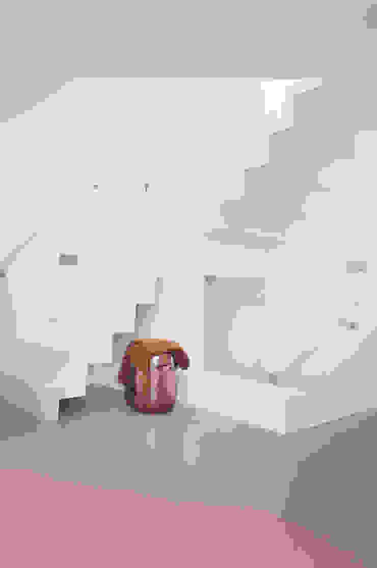 hal met trap Minimalistische gangen, hallen & trappenhuizen van IJzersterk interieurontwerp Minimalistisch