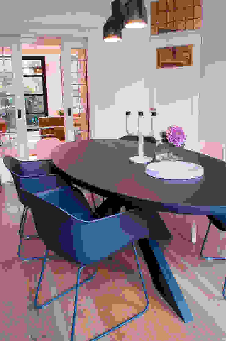 eettafel met zwart en roze Moderne eetkamers van IJzersterk interieurontwerp Modern