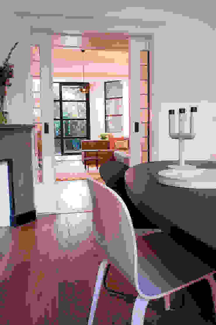 doorkijkje naar woonkamer Moderne eetkamers van IJzersterk interieurontwerp Modern