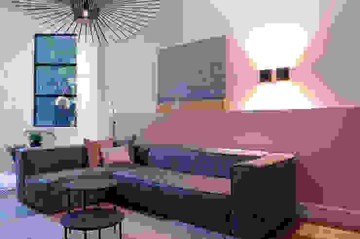 zitgedeelte met grijze bank en mooi kleed Moderne woonkamers van IJzersterk interieurontwerp Modern