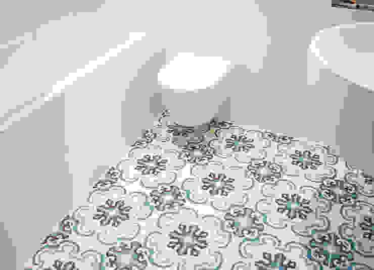 badkamer met zacht blauwe cementtegles Moderne badkamers van IJzersterk interieurontwerp Modern