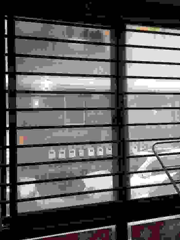 역삼동 투룸 싱글녀 홈스타일링 (Yeoksam homestyling) 모던스타일 창문 & 문 by homelatte 모던