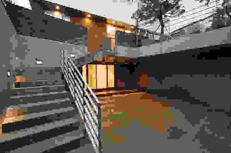 평창동 주택 (Pyeongchangdong House) 모던스타일 복도, 현관 & 계단 by 위빌 모던