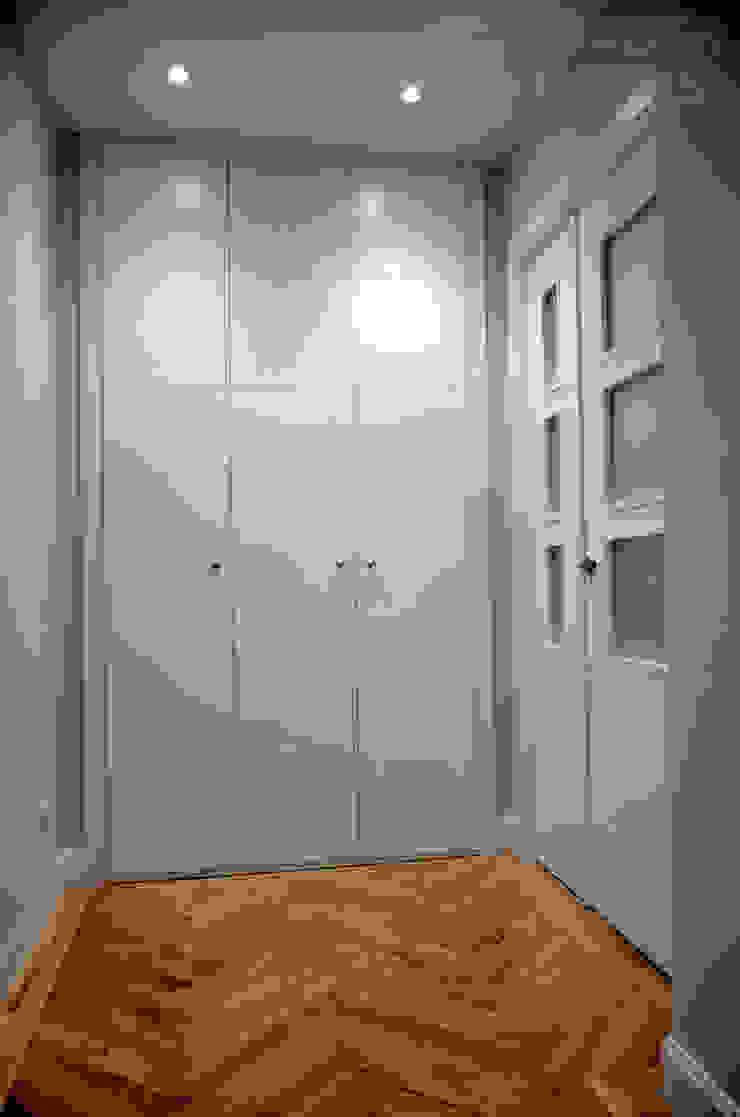 Minimalist corridor, hallway & stairs by Traber Obras Minimalist