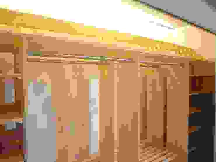 自然素材を使用したブティック感覚のクローゼット モダンデザインの ドレッシングルーム の HONEY HOUSE モダン 木 木目調