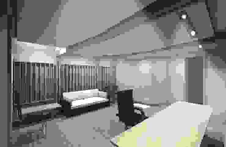 Sala de Control - Estudio CEDA 根據 SZAA (Sarmiento Zamora Associated Architects) 現代風