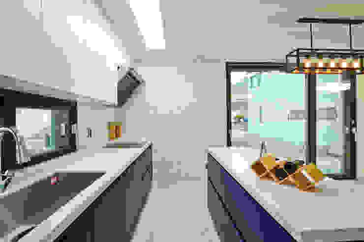 우리가 어떤 집을 짓는지 사진으로 얘기할께요 모던스타일 주방 by 한글주택(주) 모던