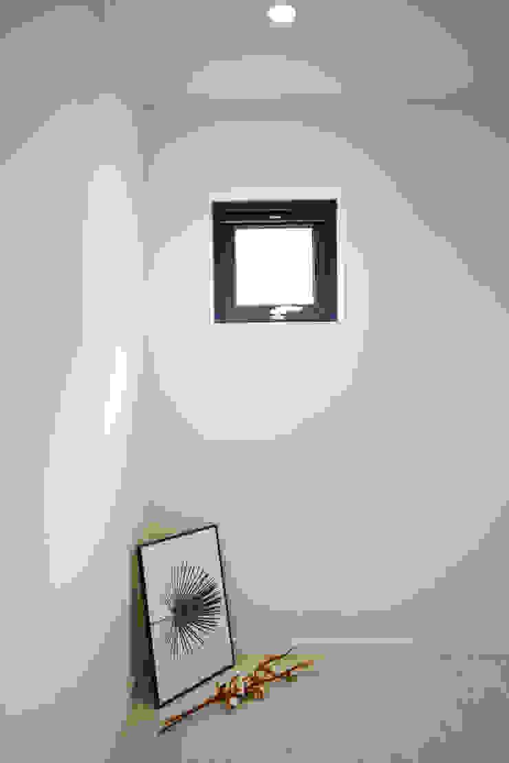 우리가 어떤 집을 짓는지 사진으로 얘기할께요 모던스타일 복도, 현관 & 계단 by 한글주택(주) 모던
