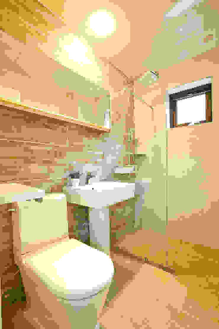 우리가 어떤 집을 짓는지 사진으로 얘기할께요 모던스타일 욕실 by 한글주택(주) 모던