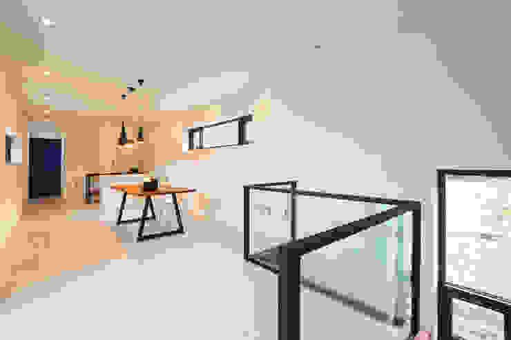 우리가 어떤 집을 짓는지 사진으로 얘기할께요 모던스타일 거실 by 한글주택(주) 모던