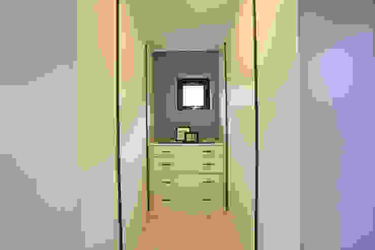 우리가 어떤 집을 짓는지 사진으로 얘기할께요 모던스타일 드레싱 룸 by 한글주택(주) 모던