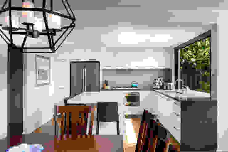Renovated kitchen 現代廚房設計點子、靈感&圖片 根據 Moda Interiors 現代風