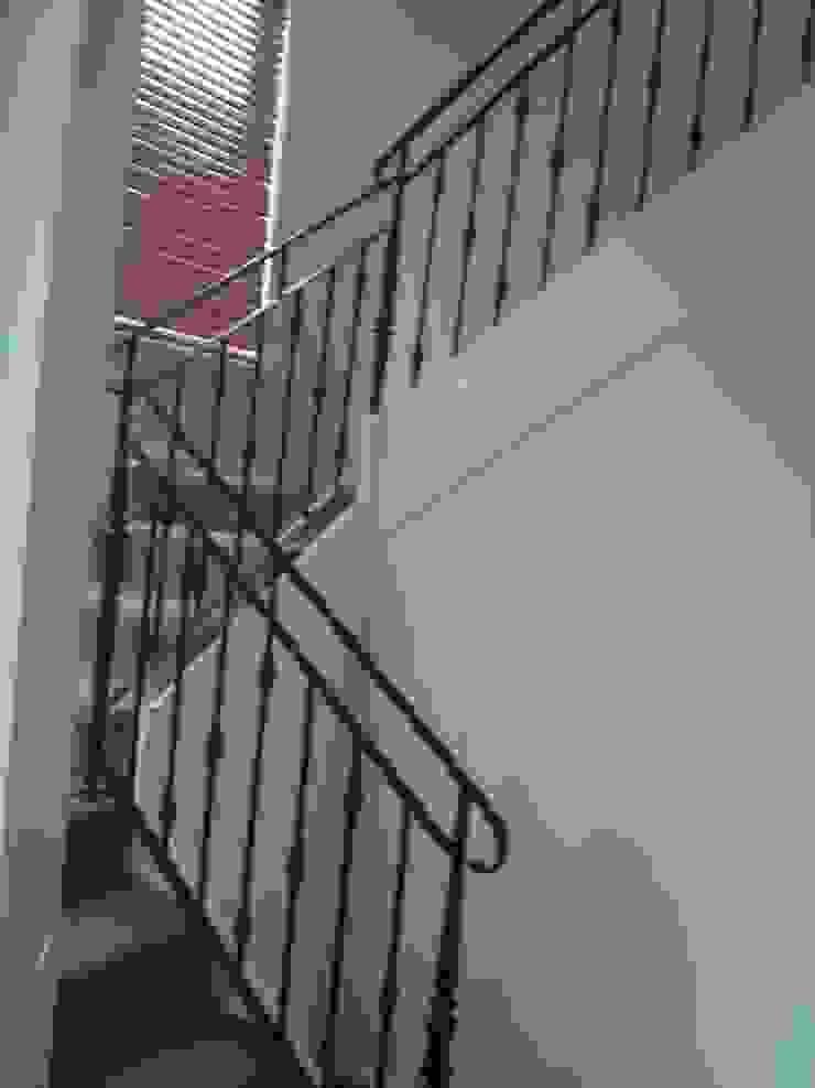 Before Staircase 現代風玄關、走廊與階梯 根據 Moda Interiors 現代風