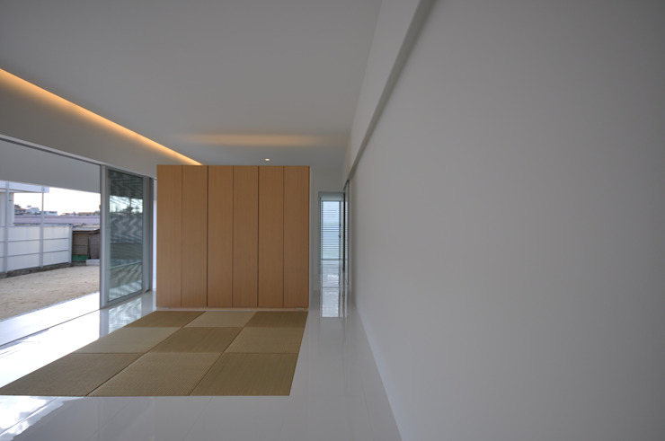 Soggiorno moderno di 門一級建築士事務所 Moderno Piastrelle