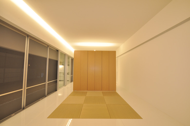 Livings modernos: Ideas, imágenes y decoración de 門一級建築士事務所 Moderno Compuestos de madera y plástico
