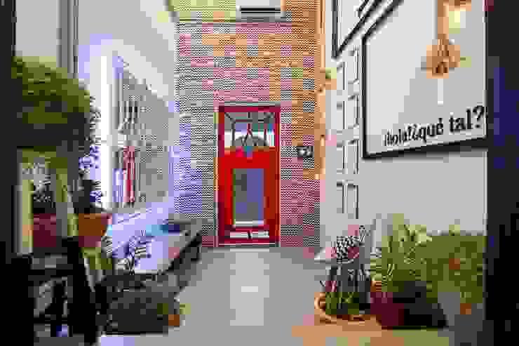 Pasillos, vestíbulos y escaleras de estilo industrial de Dotta Studio Industrial