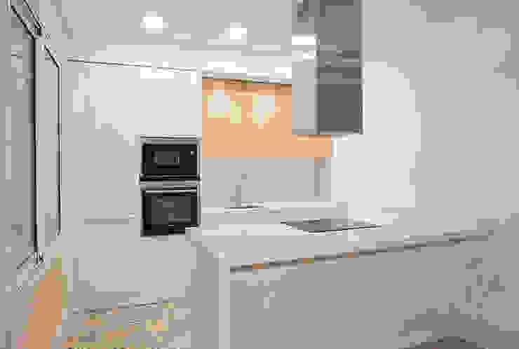 Cocina abierta Cocinas de estilo moderno de Grupo Inventia Moderno Compuestos de madera y plástico