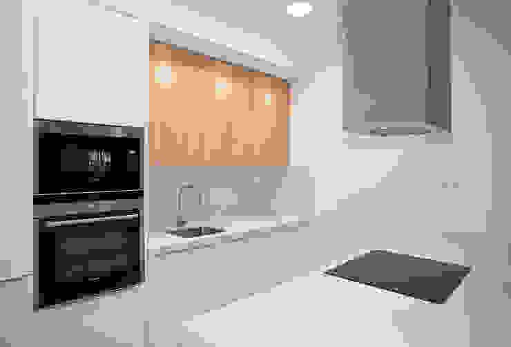 Cocina a dos frentes Cocinas modernas de Grupo Inventia Moderno Compuestos de madera y plástico