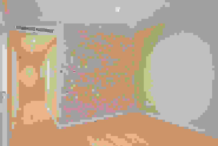 Modern Corridor, Hallway and Staircase by Grupo Inventia Modern Bricks