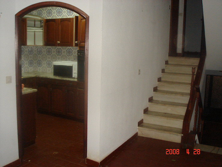 Before - Kitchen & Stairs por Architecture Tote Ser