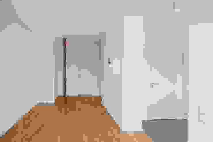Wohnzimmer-Diele BPLUSARCHITEKTUR Moderner Flur, Diele & Treppenhaus