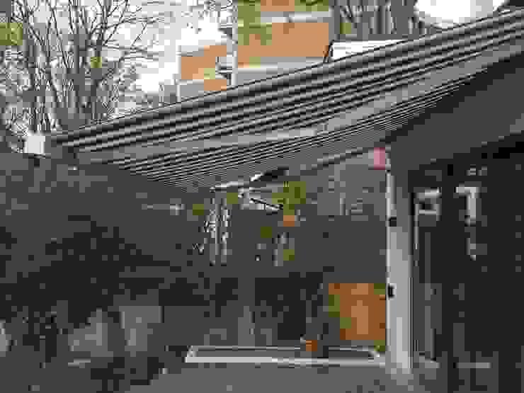 Patio Awning Installation in Hampstead Heath, London. Moderner Balkon, Veranda & Terrasse von homify Modern