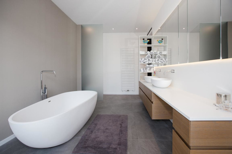 Minimalist style bathroom by BPLUSARCHITEKTUR Minimalist