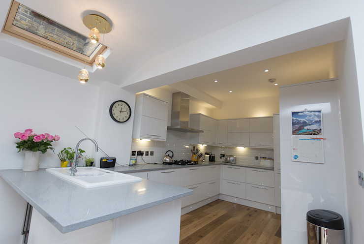 A modern kitchen perfect for the family home Modern Kitchen by The Market Design & Build Modern