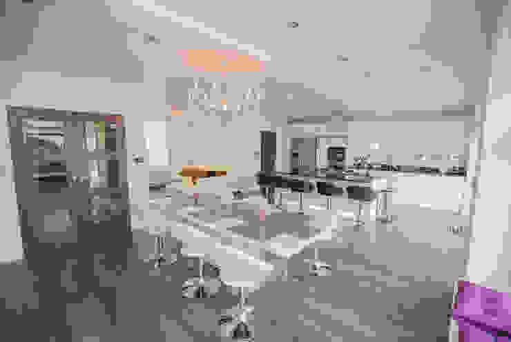 Plenty of seating to go around... Modern Kitchen by The Market Design & Build Modern