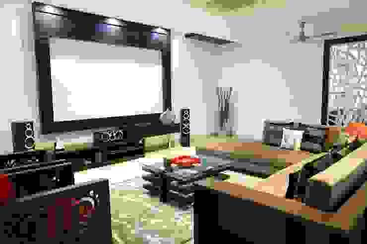 Home Theatre cum lounge: modern  by renu soni interior design,Modern