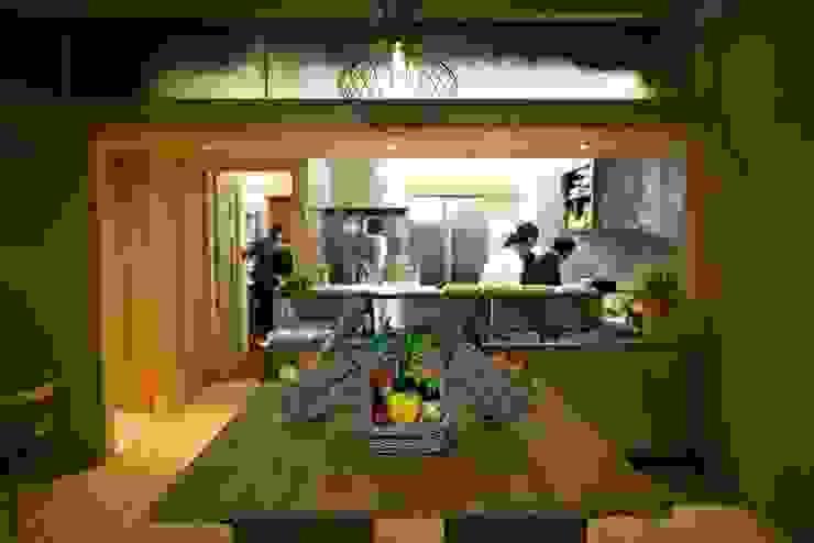 Zona de buffet Espaços de trabalho minimalistas por Arquitectura Sensivel Minimalista Madeira maciça Multicolor