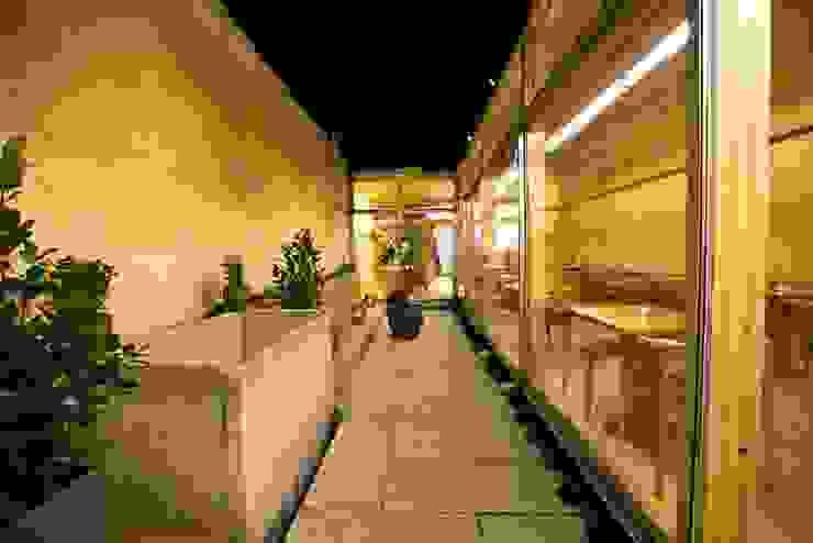 Pé d'Arroz – Vegetarian restaurant in Matosinhos, Portugal Varandas, marquises e terraços minimalistas por Arquitectura Sensivel Minimalista Madeira maciça Multicolor