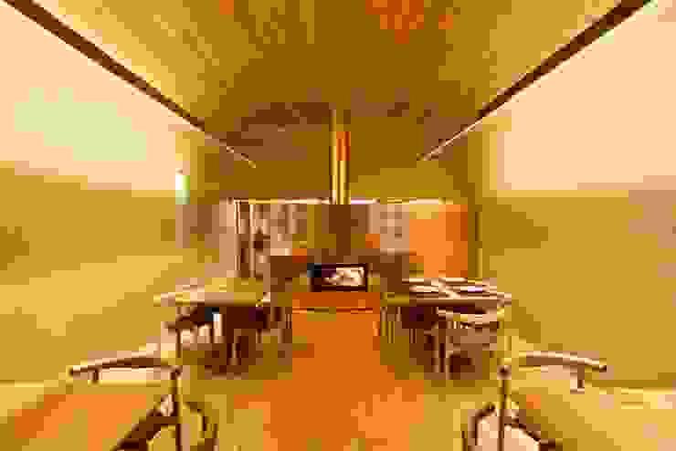 Pé d'Arroz – Vegetarian restaurant in Matosinhos, Portugal Salas de jantar minimalistas por Arquitectura Sensivel Minimalista Madeira maciça Multicolor