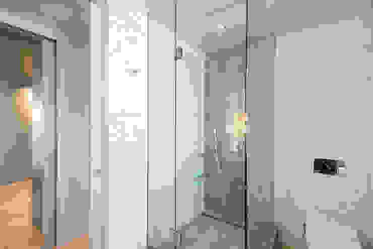 Luxury Apartment Combination Minimalist style bathroom by Andrew Mikhael Architect Minimalist