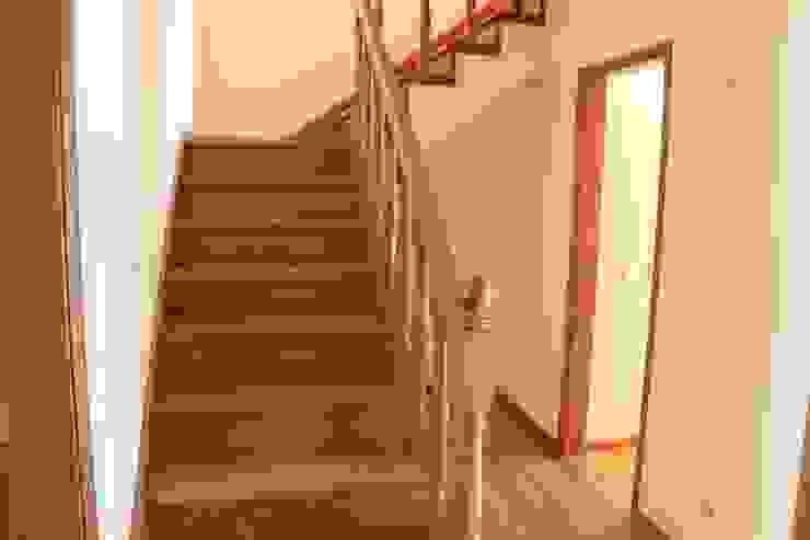 Escadas - Apartamento T3 Duplex por Novilei Imobiliária Mediterrânico Madeira Acabamento em madeira