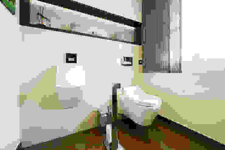Moderne badkamers van homify Modern Tegels